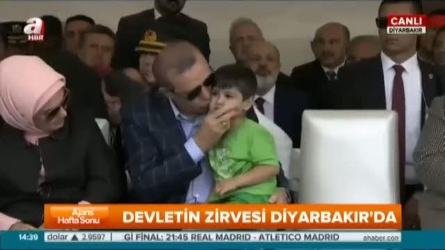 Cumhurbaşkanı Erdoğan küçük çocukla yakından ilgilendi