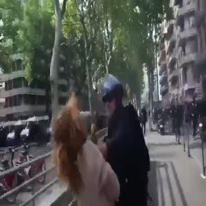 Fransız polisinin kadın boğazlama anı!