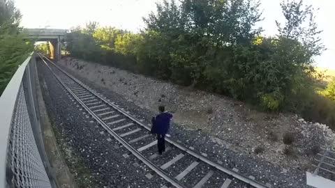 Hızlı trenin altına yatan çılgın genç!