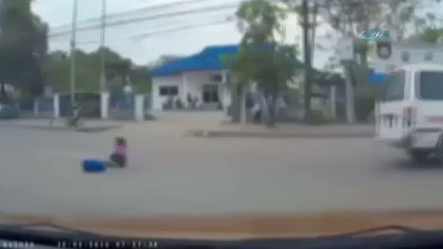 Küçük kız araçtan böyle düştü