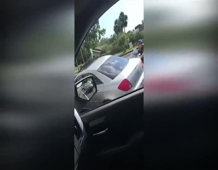 Aracıyla motosikletlilerin üzerinden geçti!