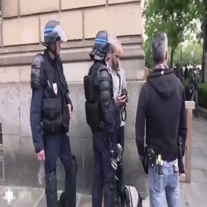 Fransız polis gazetecilere zorla fotoğrafları sildiriyor!