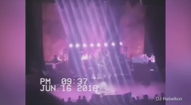 Dünyaca ünlü rock yıldızı sahnede yığıldı