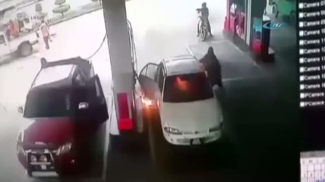 Akaryakıt alırken bir anda araç tutuştu!