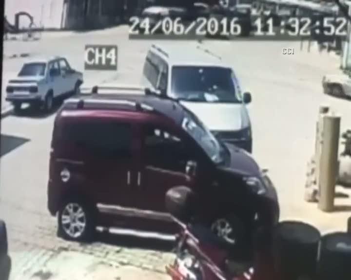 Sakarya'da iş makinesinin kancası kamyonete saplandı