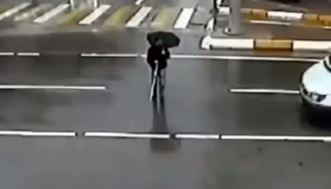 Görme engelli vatandaşı karşıdan karşıya geçiren minibüs şoförü