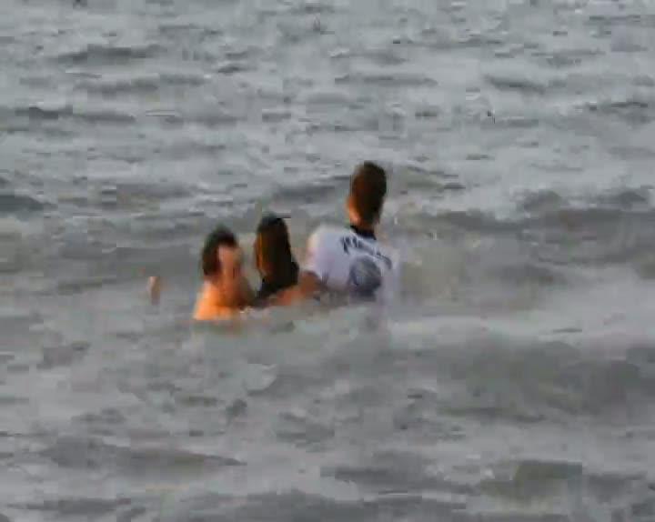 Denizde kaybolan abisinin peşinden atladı