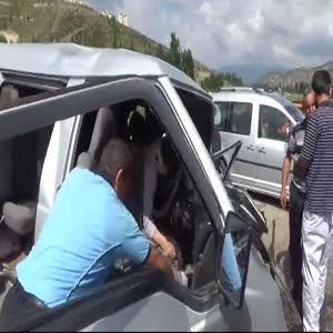 Mi·ni·büsle traktör kafa kafaya çarpıştı: 1 ölü, 6 yaralı