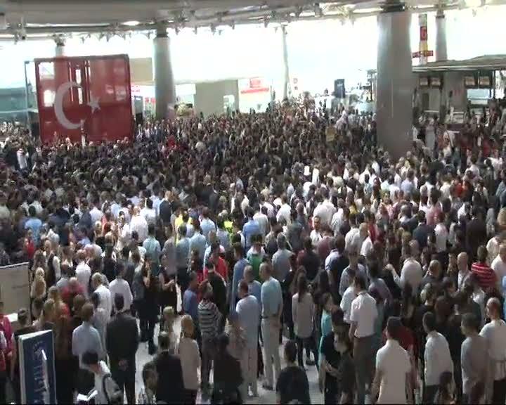 Hayatını kaybeden havalimanı çalışanları için tören düzenlendi