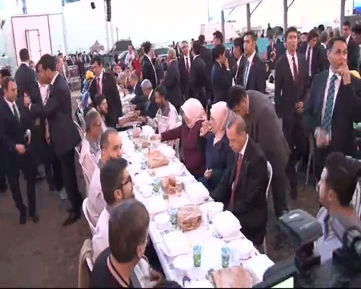 Cumhurbaşkanı ve Başbakan işçilerle iftar yaptı