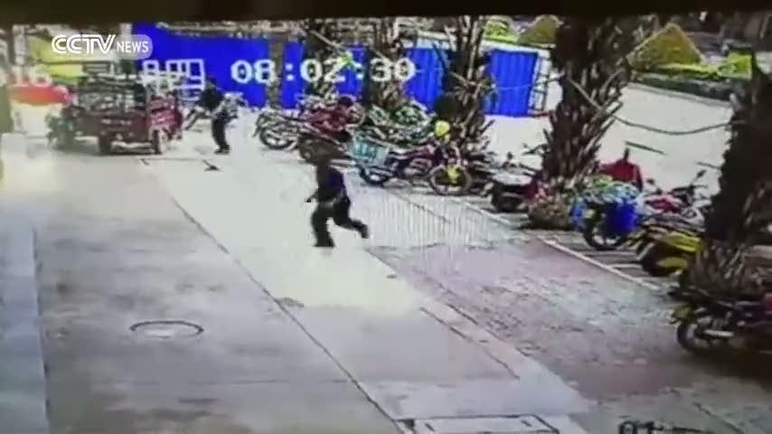Kızgın boğa önüne gelene saldırdı