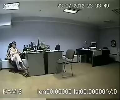 Ofiste fazla rahat takılan kızın komik sonu