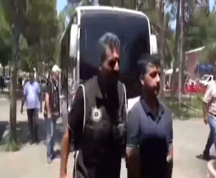 Vatandaşlardan gözaltına alınan polislere sert tepki