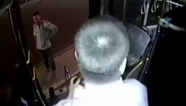 Otobüs şoförünü yere yatırıp silahla tehdit etmişler