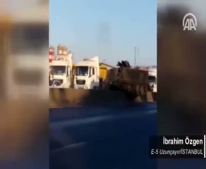 Askeri araç orta refüjde takılı kalınca vatandaşlar müdahale etti