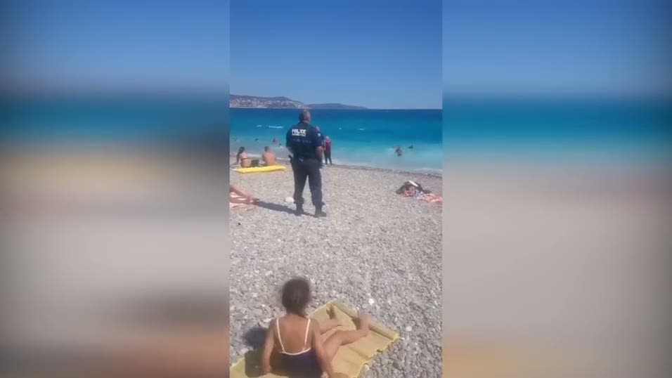 Fransız polisi burkinili kadınları denizden böyle çıkartıyor!