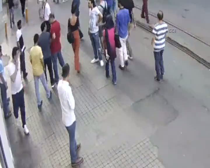 Fazla hesaba itiraz eden Arap turistin darp edilme anı kamerada