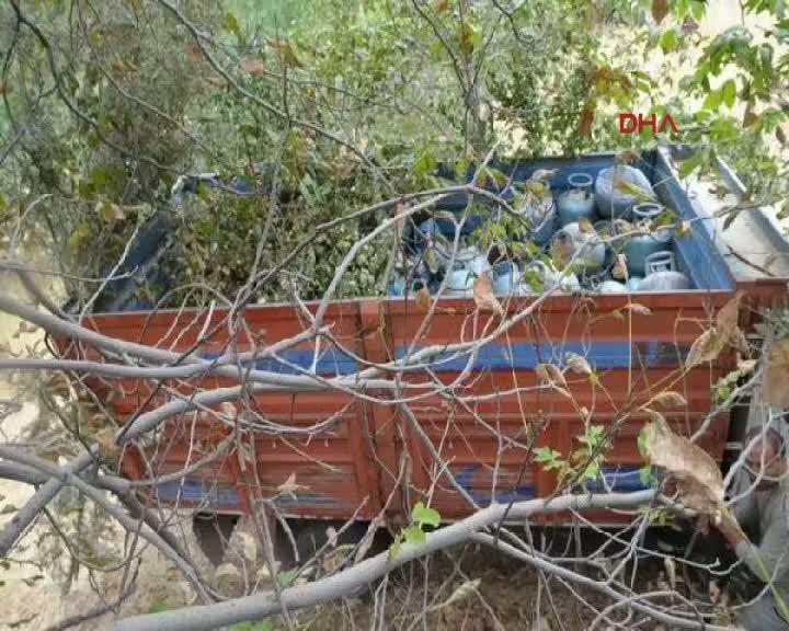 Hakkari'de bomba yüklü 3 araç ele geçirildi, PKK sığınakları imha edildi