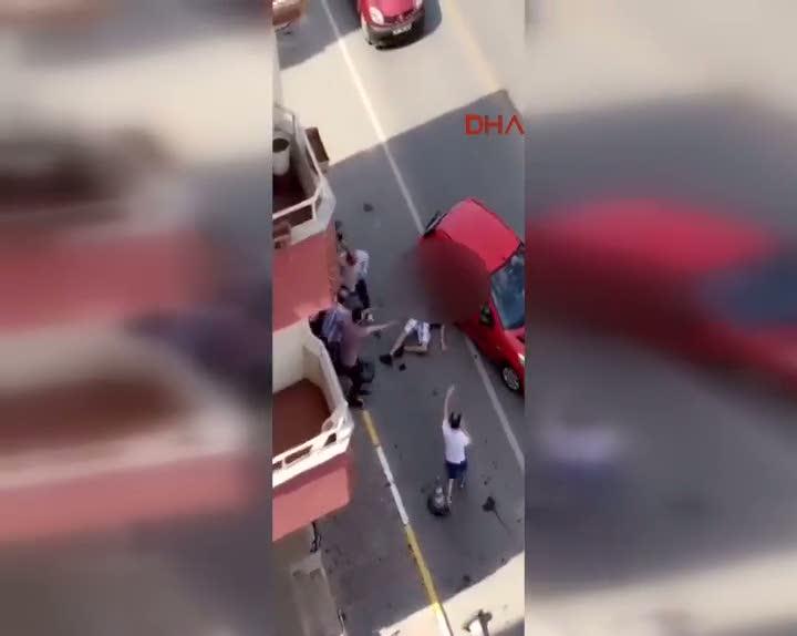 Üzerinden otomobil geçen adam ayağa kalkmaya çalıştı