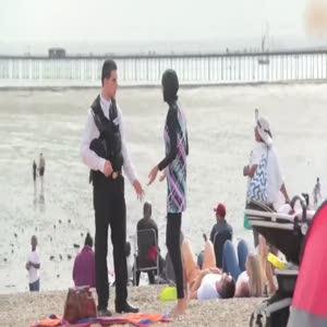Polisin burkini yasağı uygulamasına halkın tepkisi kamerada!