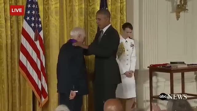 Canlı yayında Obama'nın pantolonunu indirmeye çalıştı