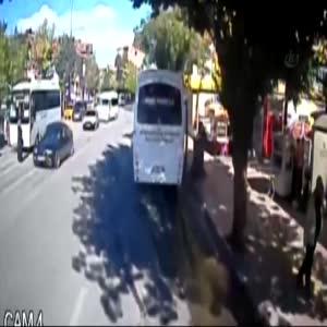 Yaşlı kadın indiği otobüsün altında böyle kaldı