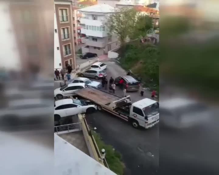 Otomobil kurtarma aracı park halindeki araçlara çarptı, 2 otomobil askıda kaldı