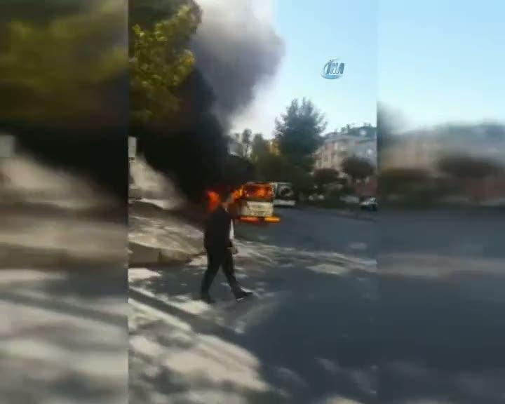 Bağcılar-Habibler hattında çalışan minibüs alev alev yandı