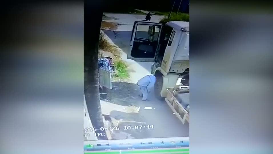 Kadın iç çamaşırı çalan kamyoncu kamerada