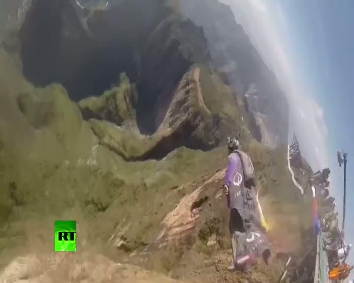Dağdan atlayan hava dalışçıları nefes kesti