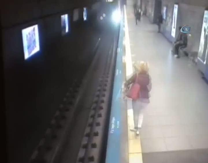 Durağa yanaşan metronun önüne atlayarak intihar etti