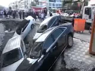 Merter'de kaldırım çöktü, araçlar çukura düştü