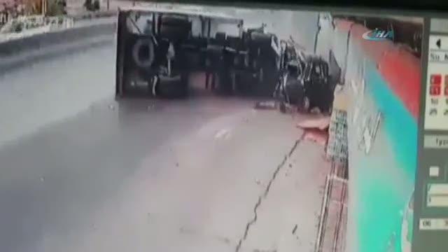 Kamyon otomobili böyle ezdi