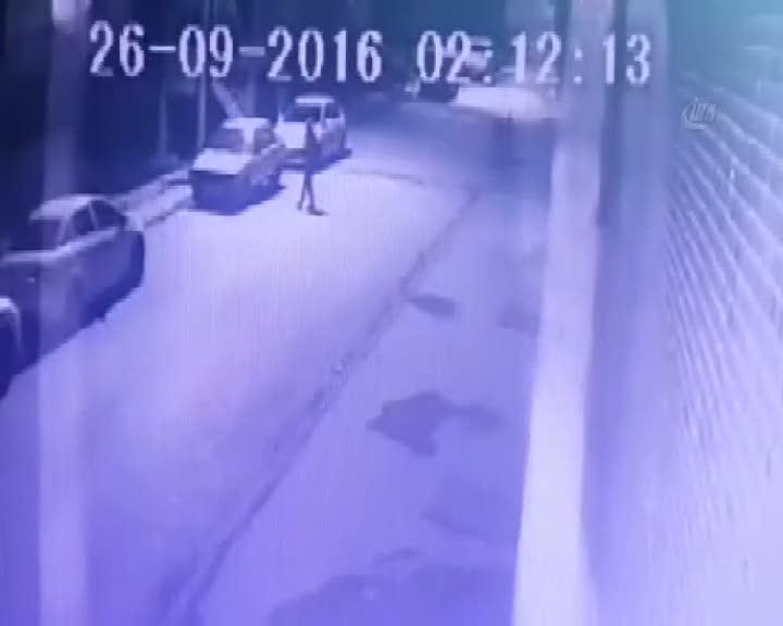 Araç kundaklayan şahıs, güvenlik kamerasında
