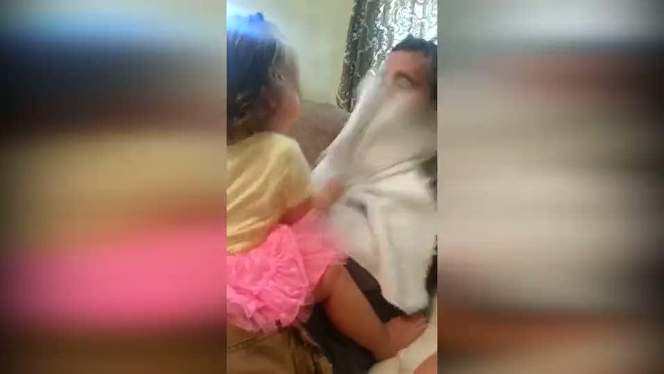 Babasını ilk kez sakalsız gören bebek bakın nasıl tepki verdi