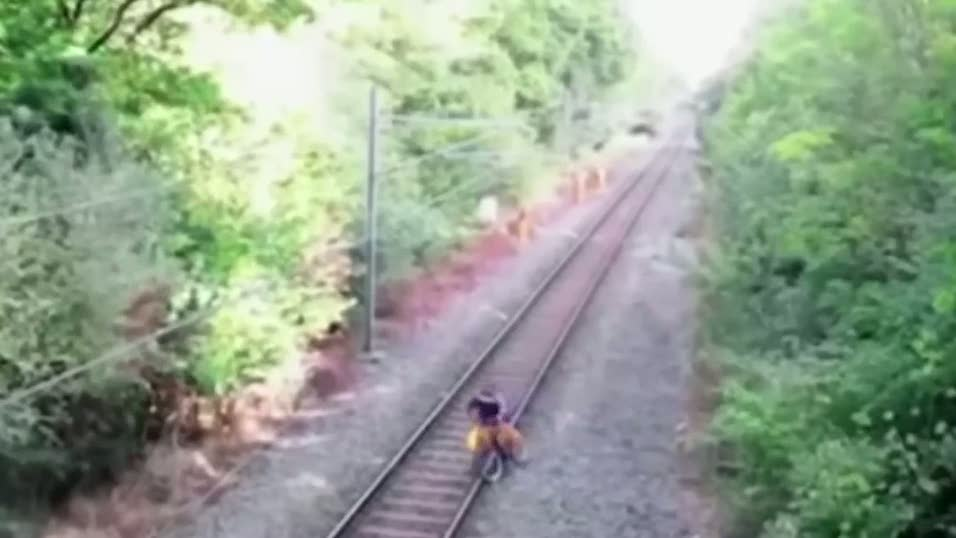 Hayatını tehlikeye atarak trenin altında kalmaktan kurtardı