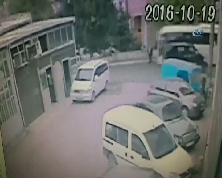 Minibüsün yaşlı adama çarpma anı güvenlik kamerasında