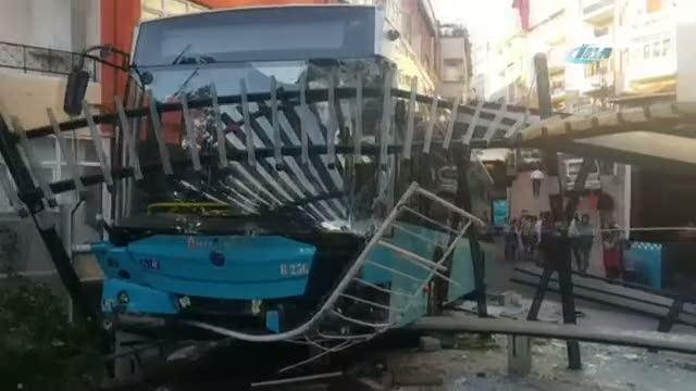 Halk otobüsü durağa böyle daldı
