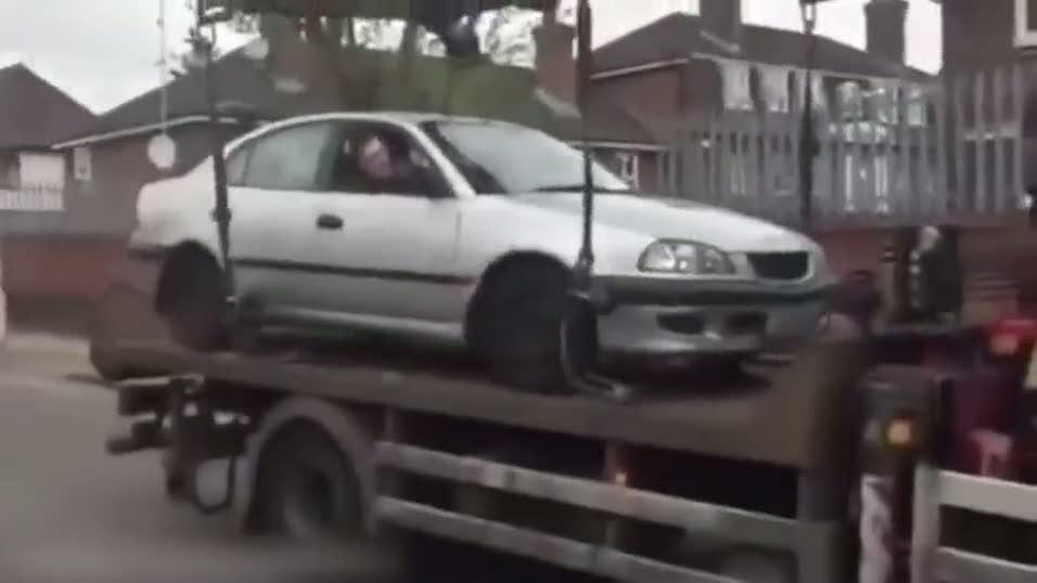 Çekiciden aracını kurtarmaya çalışan sürücüden akıl almaz hareket!
