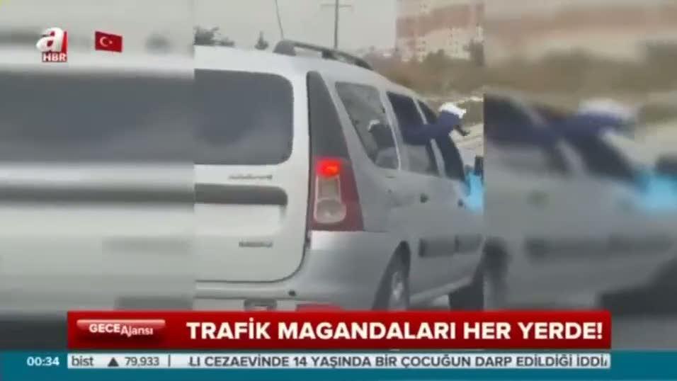 İstanbul'da otoyolda iki otomobil ve silahlı iki maganda!