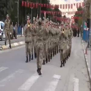 Asker yürüdü, vatandaşlar 'en büyük asker bizim asker' sloganları attı
