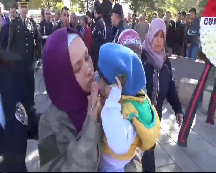 Şehidin kamuflajını giyen eşi, 1.5 yaşındaki oğlunu 'hepsi şaka' diye teselli etti