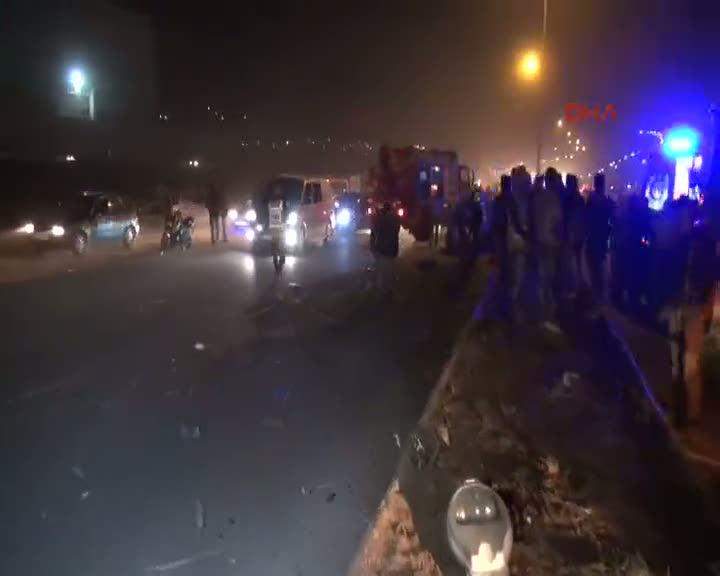 Gaziantep'te, otomobil önce direğe sonra TIR'a çarptı 1 ölü, 2 yaralı
