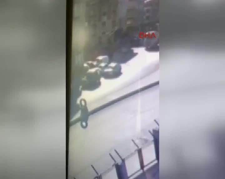 Gazi mahallesi'nde 1 kişinin vurulduğu olay anı kamerada