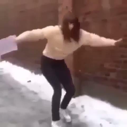 Genç kızın kar üstünde zor anları