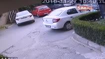Apartman sakinleri hırsıza kapıyı kendi eliyle açtı...O anlar kamerada