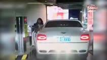 Kadın sürücünün hatası milyon dolarlık lüks aracı mahvetti!