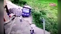 Uçuruma yuvarlanan kamyondan inanılmaz kaçış!