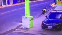 Motosiklet direğe böyle çarptı!