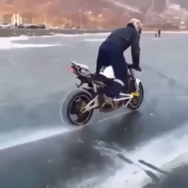 Çılgın motorcu gölü ortadan ikiye böldü